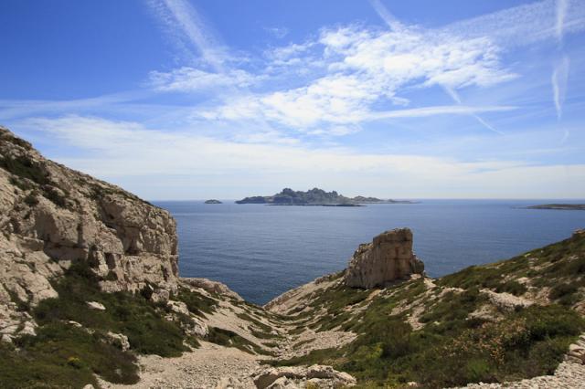 Vallon au dessus de la calanque du Grand Livre, île de Riou et île Plane, le sentier vert part au pied du promontoire rocheux bien visible à droite