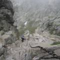 Passage avec chaînes au dessus du lac de Capitello - Nathalie attaque le passage
