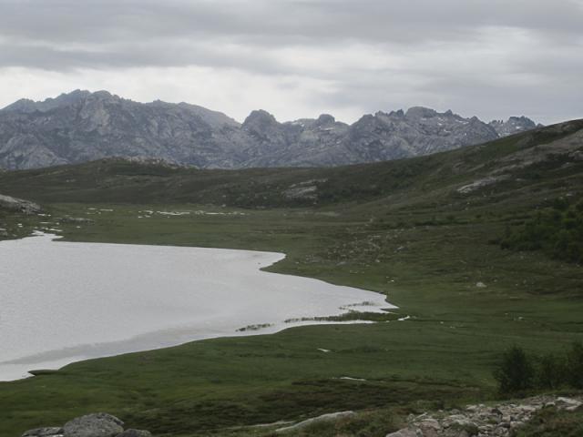 Lac de Nino et les crêtes au dessus du lac de Melo