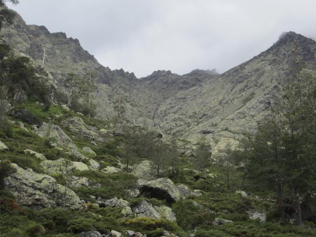 Ravin du Stranciacone et refuge de Tighiettu, Bocca Minuta (2218 m) au fond à droite