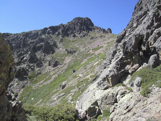 Capu Ladroncellu (2145 m), le GR 20 passe entre les barres rocheuses pour déboucher sur la gauche