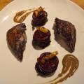 Pigeon mariné au vin rouge et rôti à la broche, compression de chou rouge et pomme acide, sauce pilée
