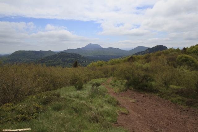 Au sommet du Puy de la Coquille (1153 m) : Petit et Grand Sarcoui (1147 m), Puy des Goules (1146 m), Puy de Chaumont (1108 m), Puy Pariou (1209 m), Puy de Fraisse (1120 m), Petit Puy de Dôme (1265 m), Puy de Dôme (1465 m), Petit et Grand Suchet (1231 m), Puy de Côme (1253 m), Puy Chopine (1181 m)