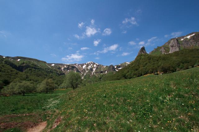 Vallée de Chaudefour, Cascade de la Biche, Puy de la Perdrix (182 m), Puy Ferrand (1854 m), Le Dôme (1612 m), Pic Intermédiaire (1727 m), Crête de Coq, Dent de la Rancune (1493 m) et Puy de Cacadogne (1785 m)