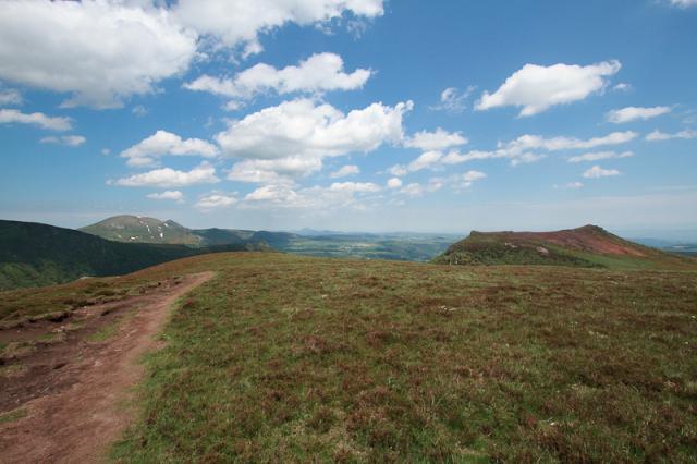 Au sommet du Puy de Champgourdeix (1570 m), Montagne de la Plate (1537 m) à droite, Puy de l'Angle (1738 m) à gauche, le Puy de Dôme tout au fond