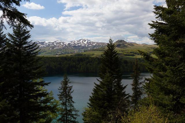 Point de vue sur le lac Pavin et les Monts Dore