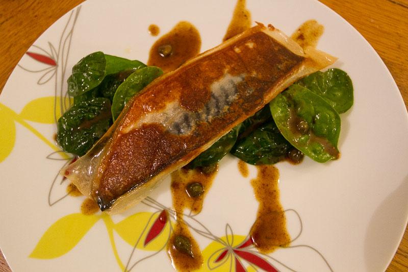 Filet de maquereau croustillant pousses d 39 pinards c pres et jus de volaille au beurre - Cuisiner filet de maquereau ...