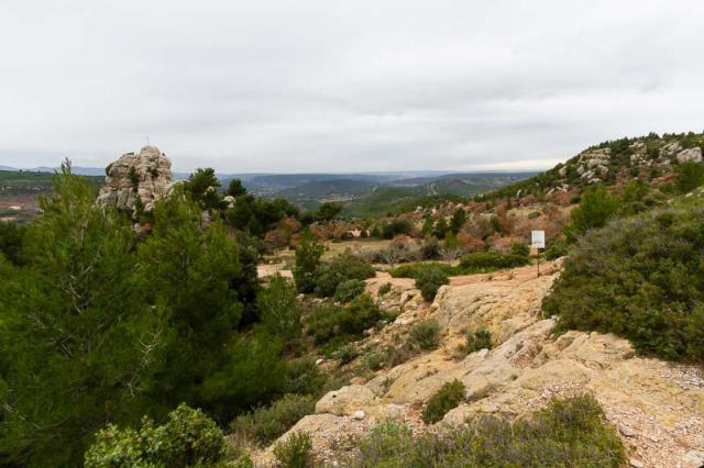 Départ du sentier jaune derrière le refuge Cézanne et son oratoire