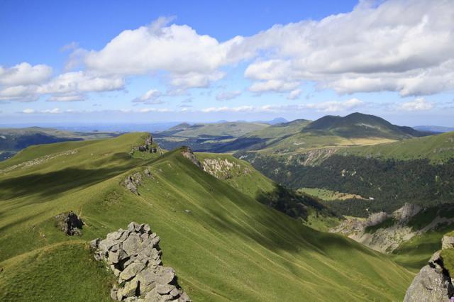 Aiguille (1690 m) et Puy de Cliergue (1691 m) depuis la Tour Carrée (1746 m). Puy de Dôme et Puy de l'Angle de l'autre coté de la vallée.