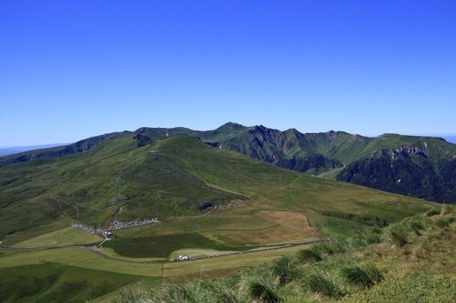 Col de la Croix St-Robert, Roc de Cuzeau et Puy de Sancy au fond